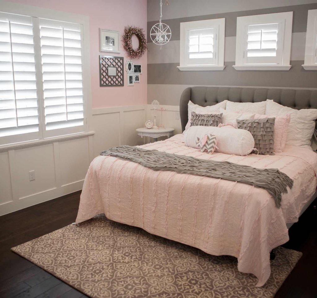 Интерьер спальни в серо-розовой палитре