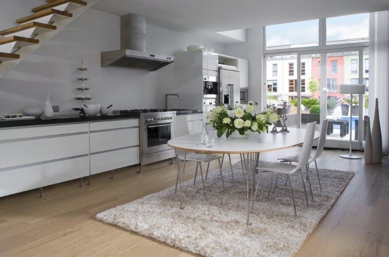 Серый ковер с длинным ворсом в кухне с большим окном