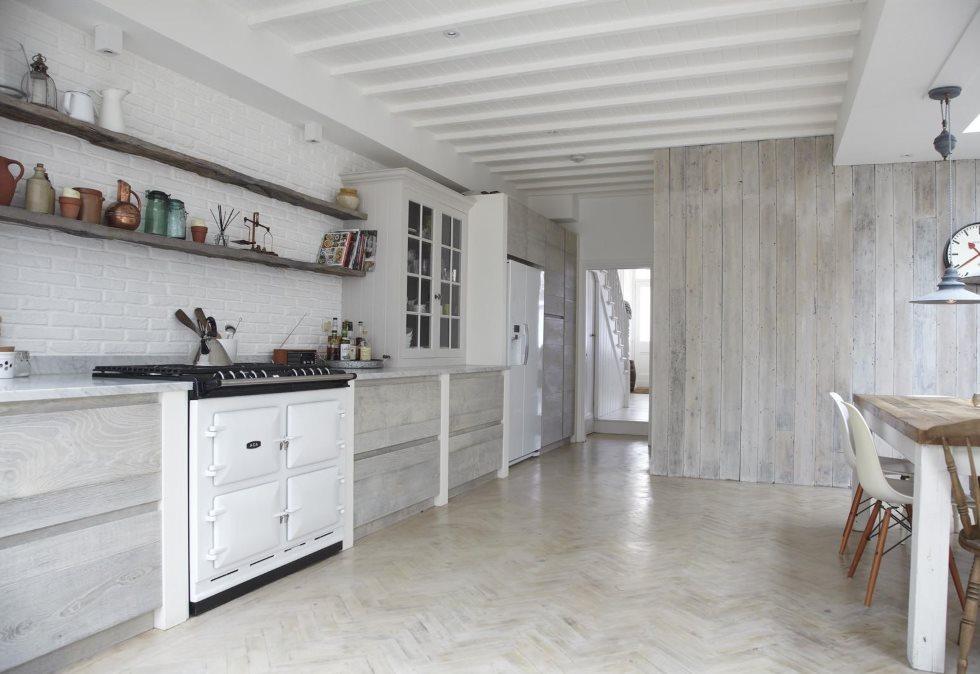 Серые ламинированные панели на стене кухни
