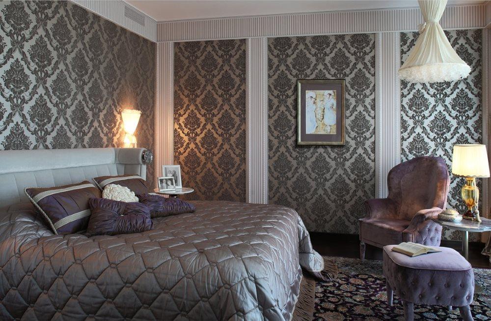 Шелковые обои с узорами на стене спальни