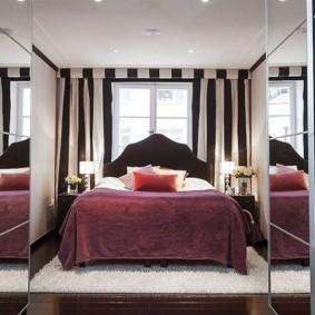 шикарная спальня с кроватью у окна