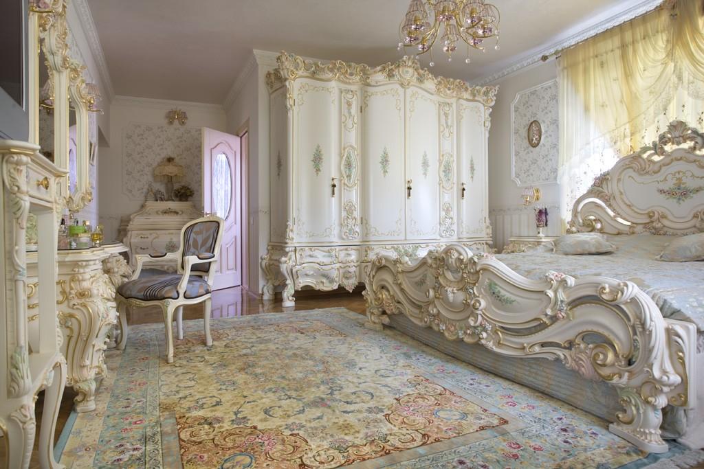 Шкаф с резьбой в просторной спальне стиля барокко