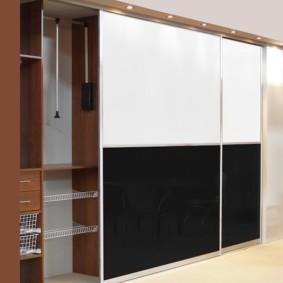 встроенный шкаф купе в спальне черно белый