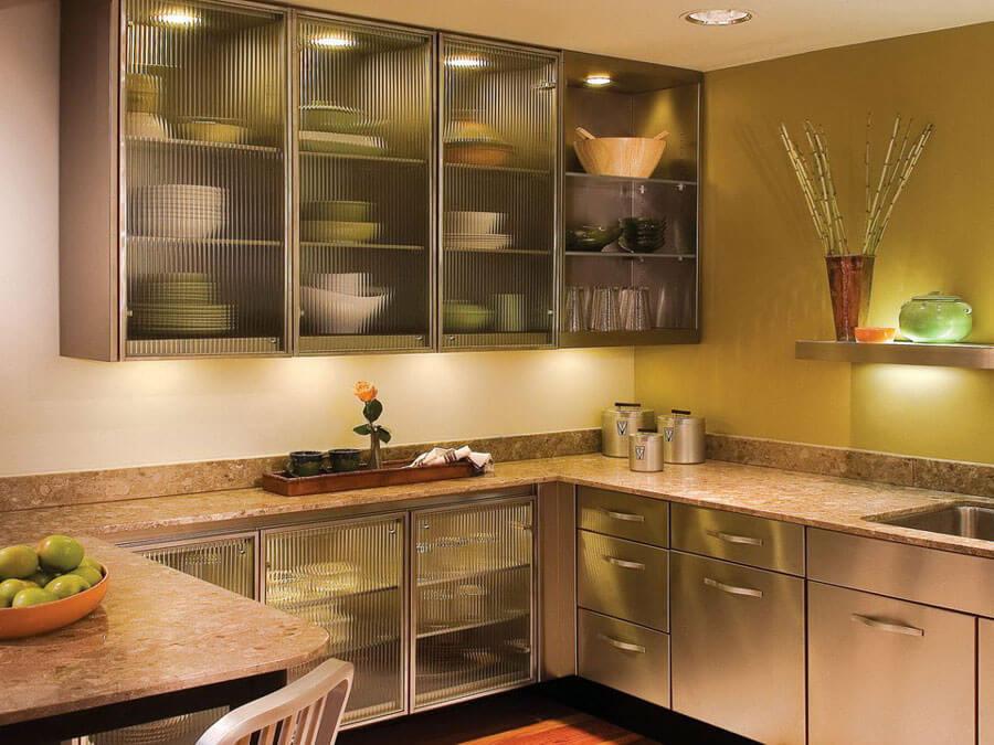 шкафы на кухне с подсветкой до потолка