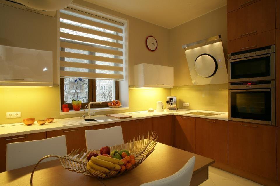 Шторы день-ночь в интерьере современной кухни