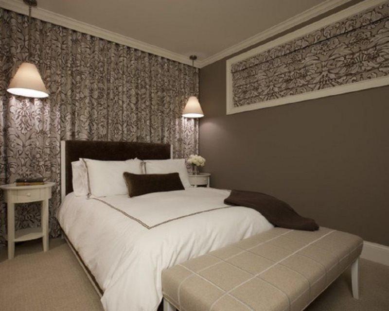 Пестрые шторы на стене спальни