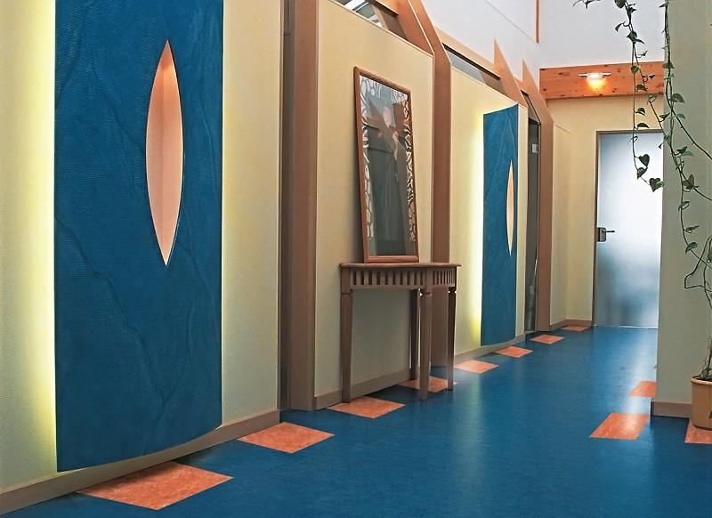 натуральный линолеум в коридоре