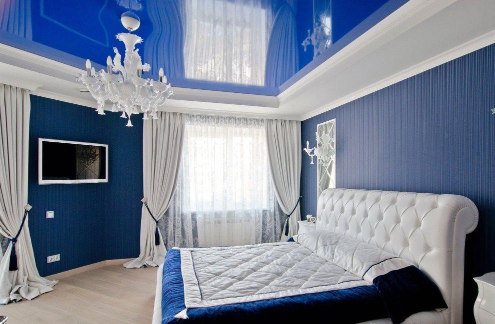 Синий потолок натяжного типа