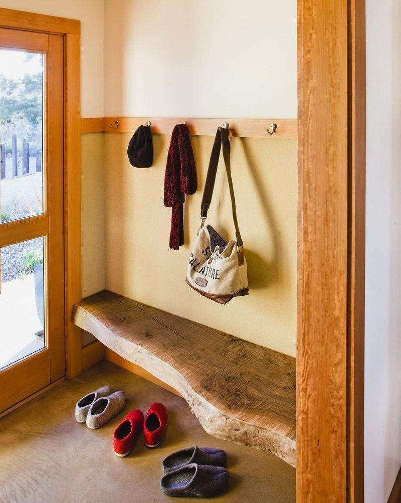 Деревянная скамья в небольшом коридоре частного дома