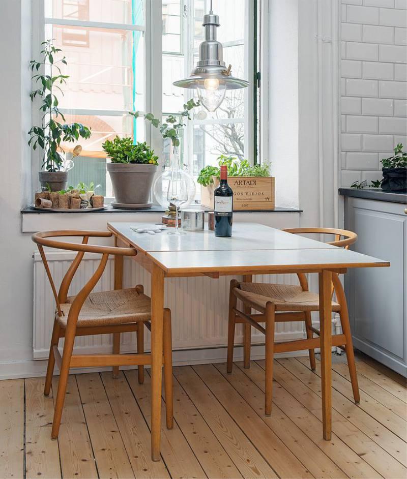 Складной стол перед кухонным окном