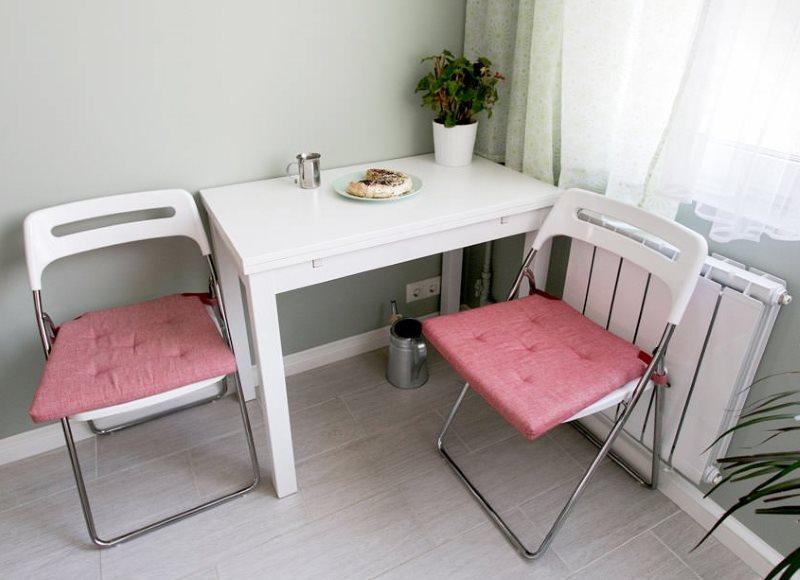 Розовые накидки на сидениях складных стульев