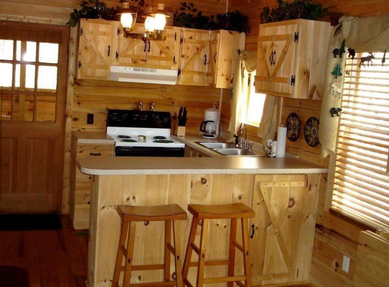 Кухонный гарнитур из сосны в дачном домике