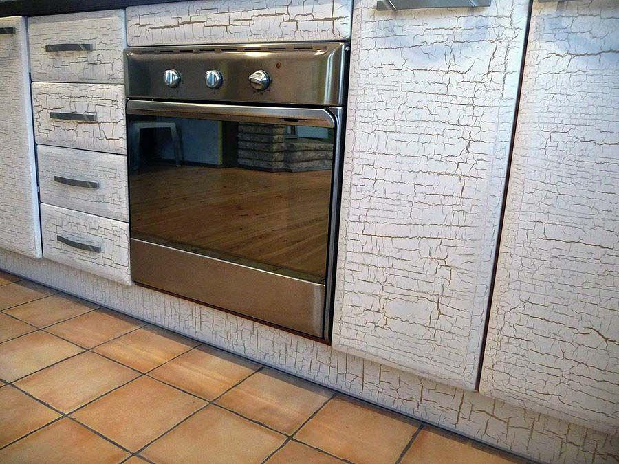 Искусственно состаренная поверхность кухонной мебели