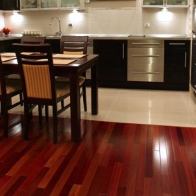 совмещение плитки и ламината на кухне фото интерьер