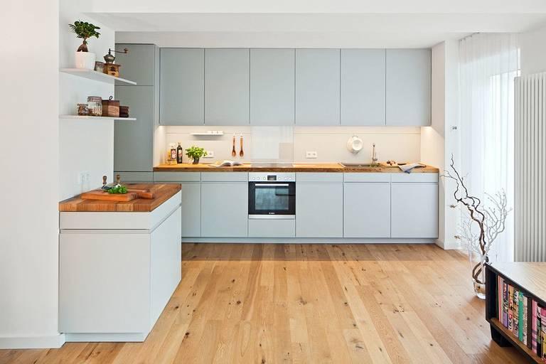 современная расстановка мебели и техники на кухне
