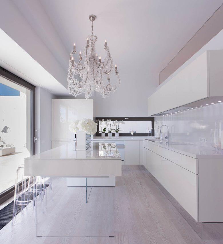 Стеклянная люстра на белым кухонным островом