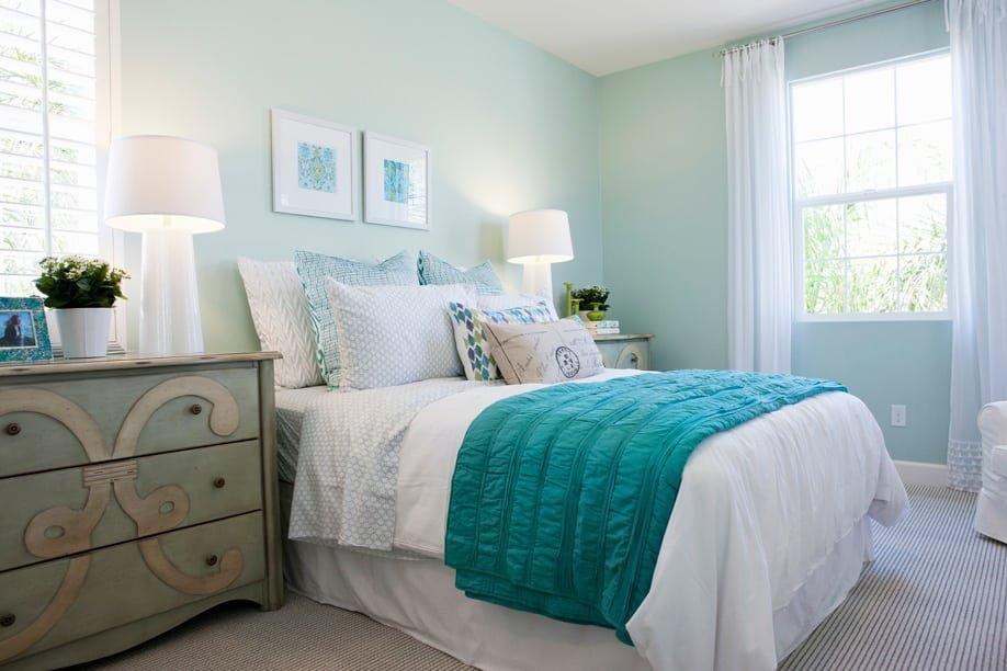 спальня в бирюзовых тонах фото декор