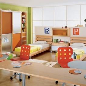 детская спальня с кроватью у окна