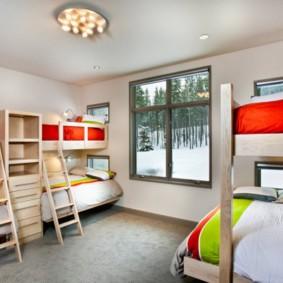 спальня для детей с кроватью у окна