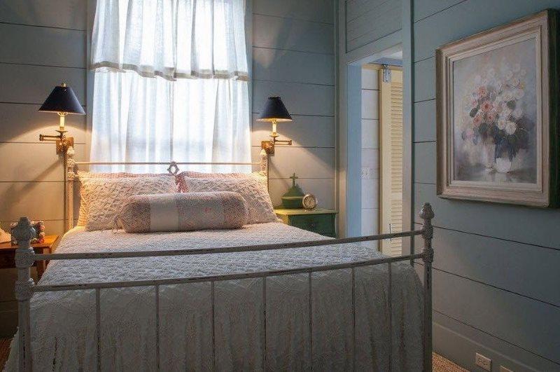 Двухспальная кровать в небольшой спальне стиля кантри