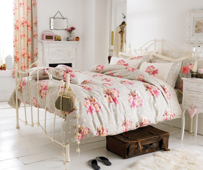 Кованная кровать в спальне молодой девушки