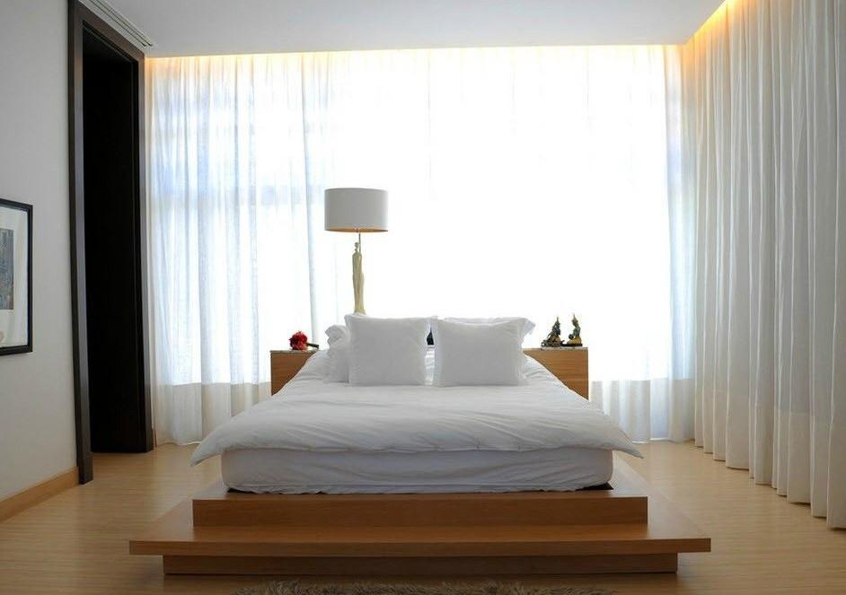 спальня с кроватью у окна дизайн