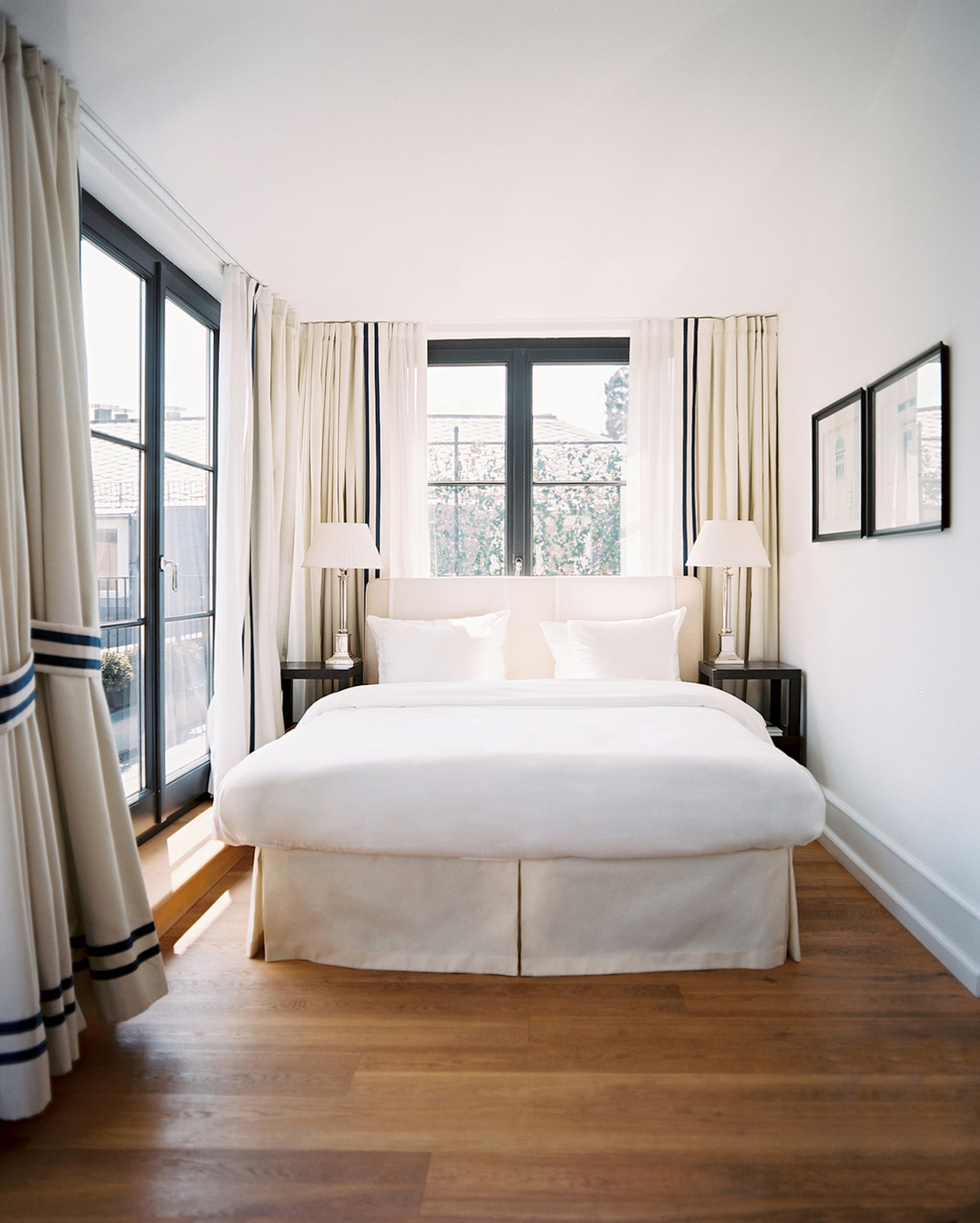спальня с кроватью у окна фото идеи