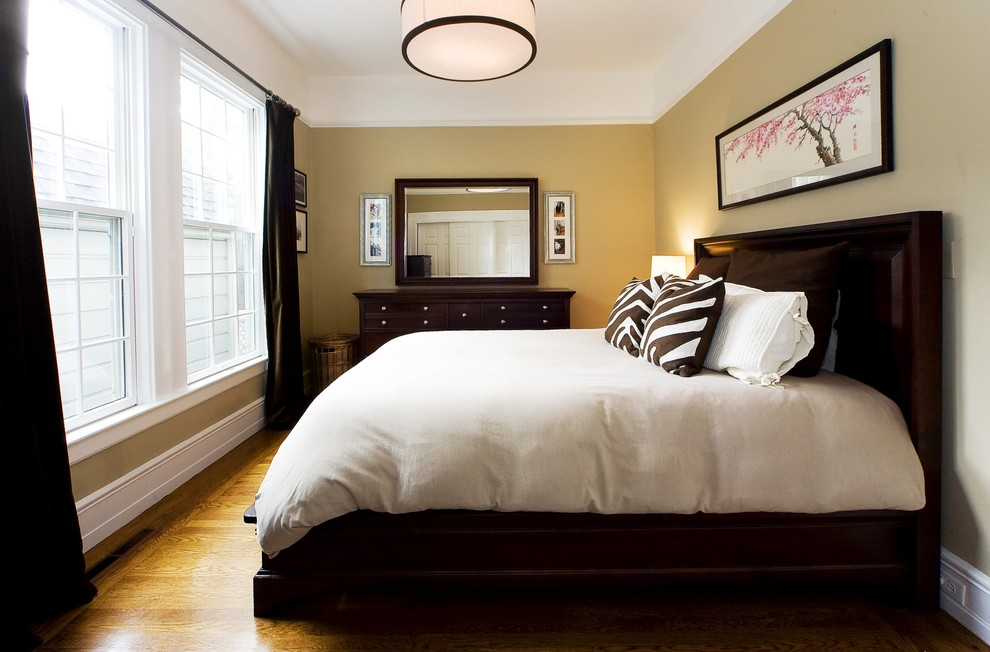 спальня с кроватью у окна фото интерьера