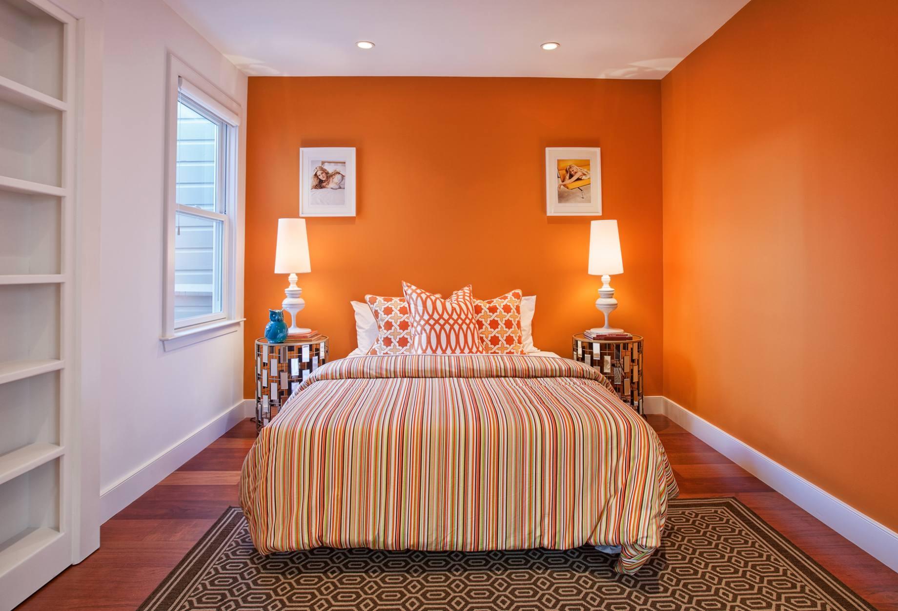 спальня с кроватью у окна идеи дизайна