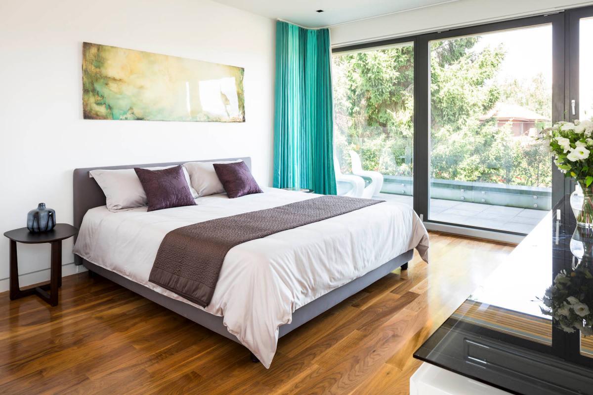 спальня с кроватью у окна идеи