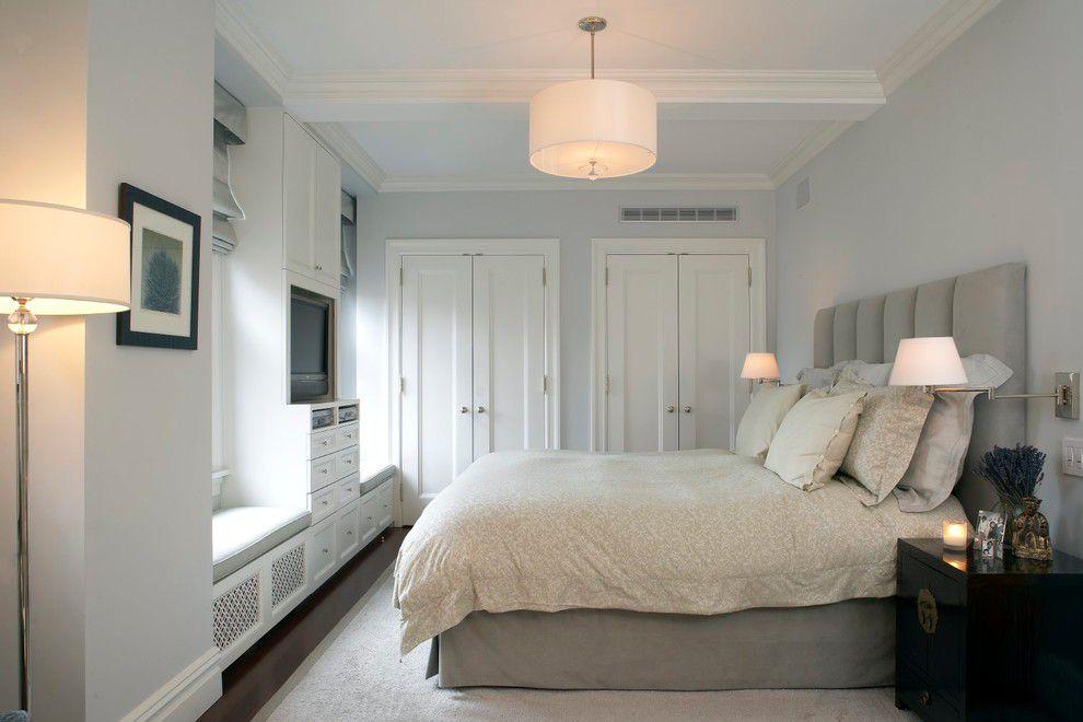 спальня с кроватью у окна интерьер идеи