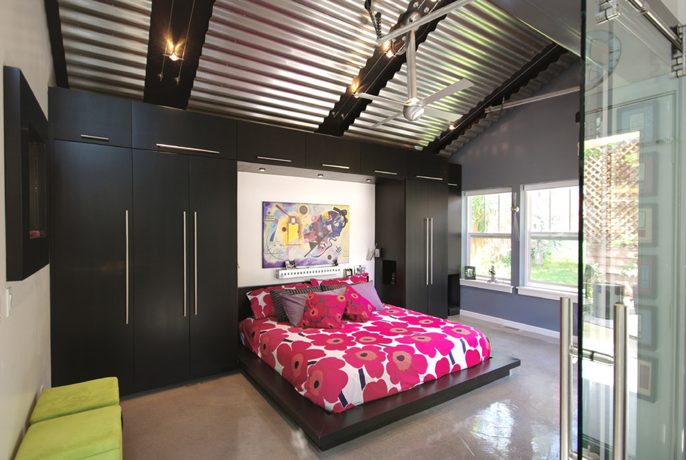 спальня с кроватью у окна интерьер