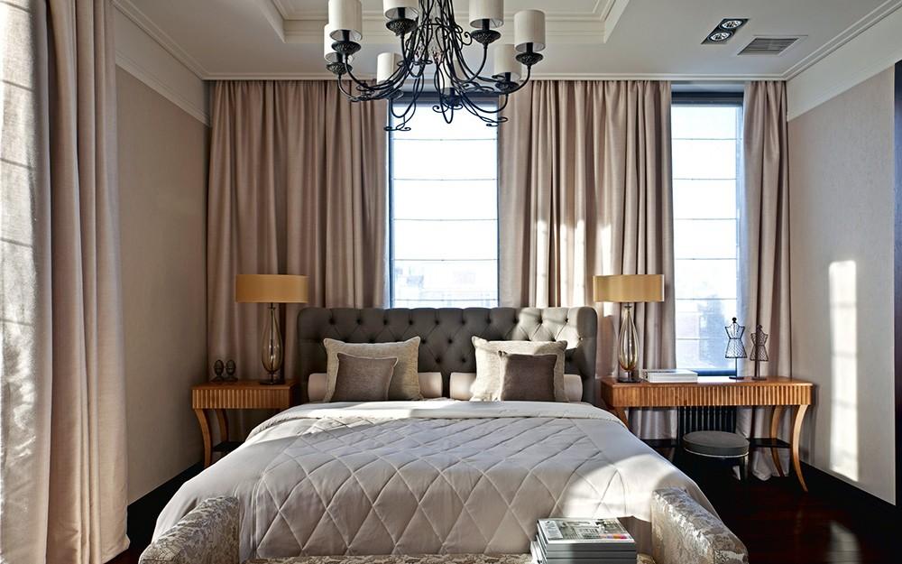 спальня с кроватью у окна