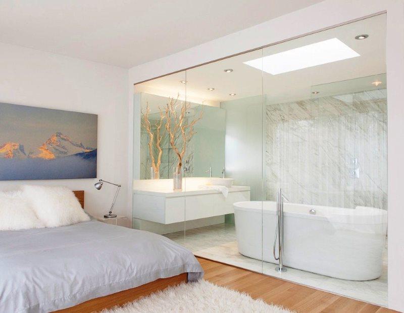 Интерьер светлой спальни с ванной комнатой