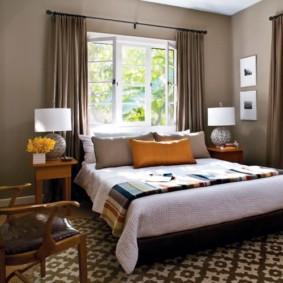 спальня с кроватью у окна в дачном доме