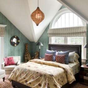 восточная спальня с кроватью у окна