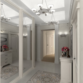 длинный коридор в квартире с зеркалами