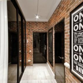 длинный коридор в квартире лофт