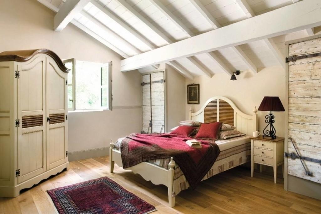 Шкаф под старину в спальне дачного домика