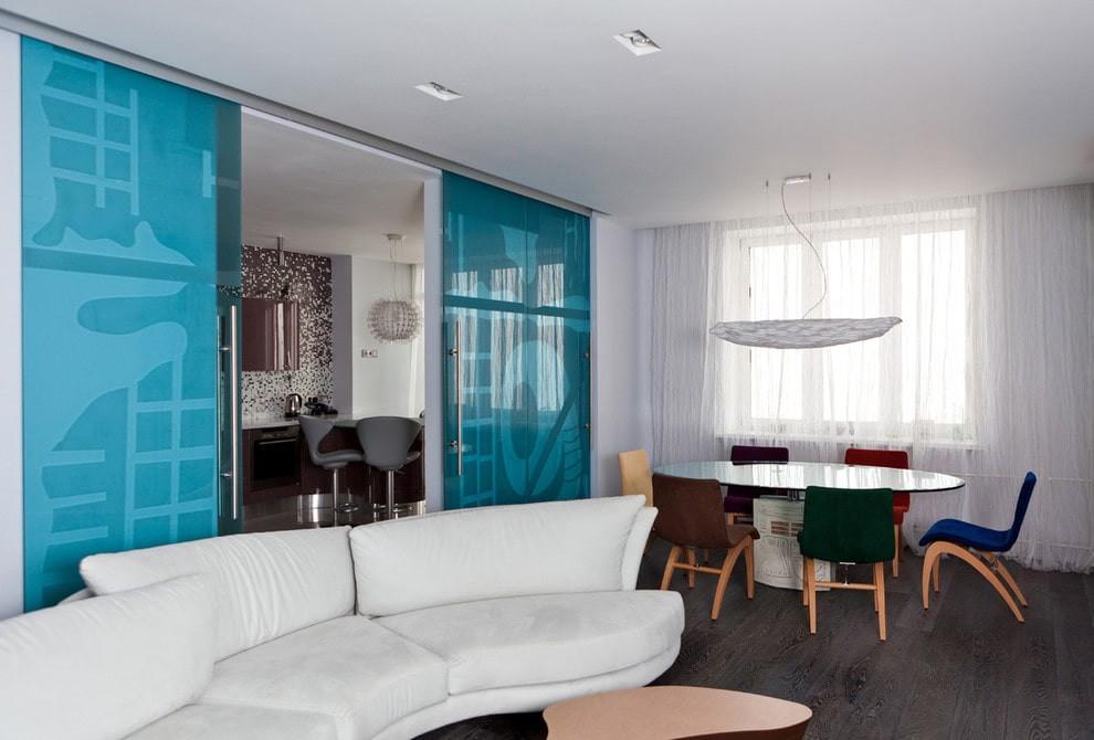 Голубая стеклянная дверь раздвижного типа