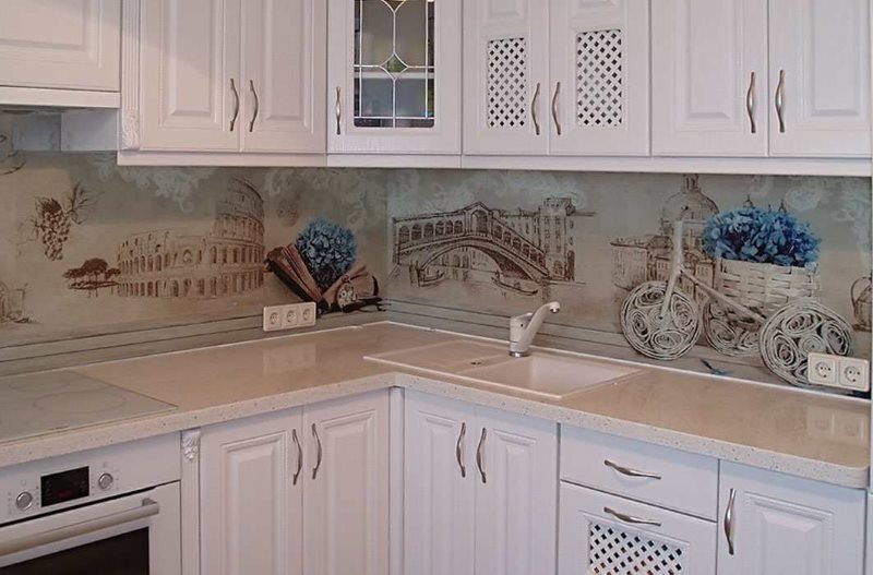 Стеклянный фартук на кухне в стиле прованс