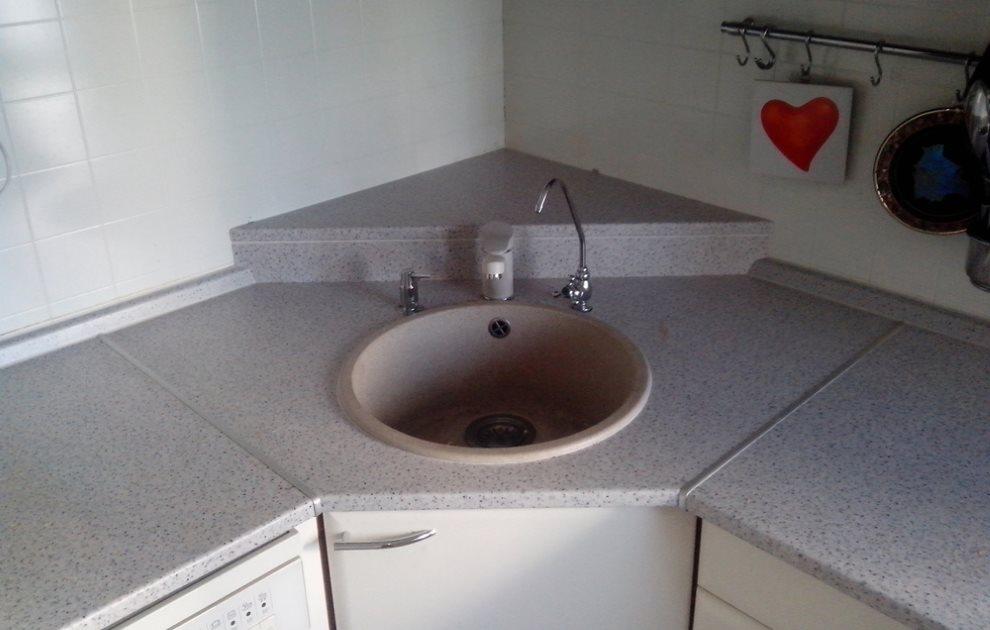 Серая поверхность кухонной столешницы