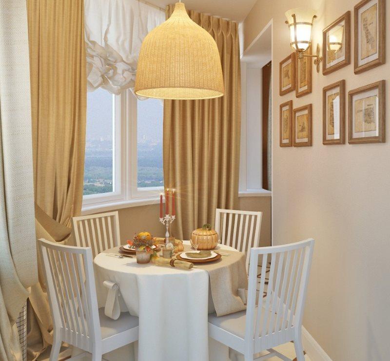 Небольшой столик и стулья на утепленной лоджии