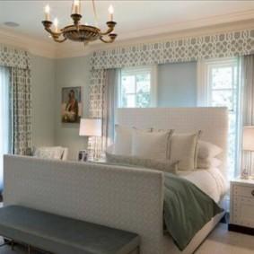 светлая спальня с кроватью у окна