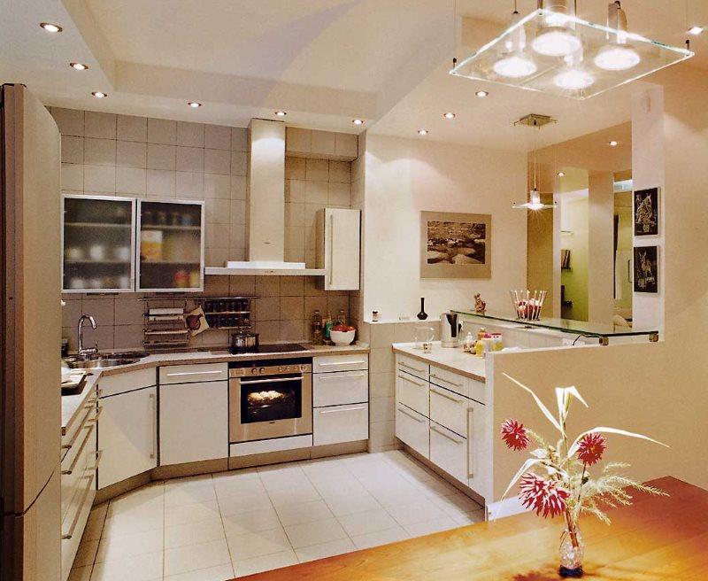 Светло-бежевая плитка на полу в кухне-гостиной