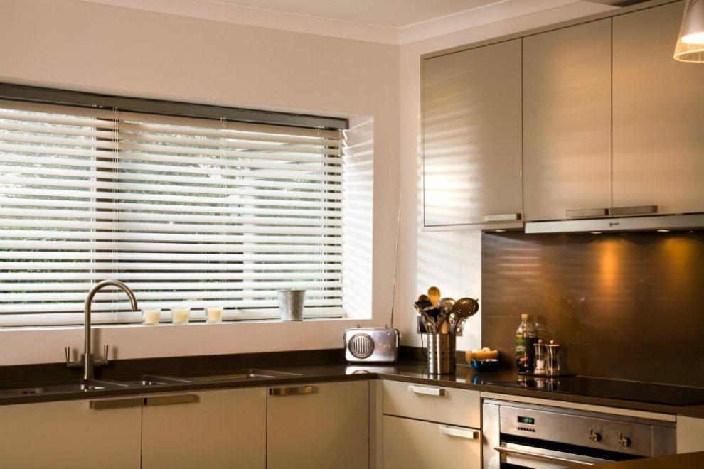 Рассеянный свет на кухне с жалюзи на окне