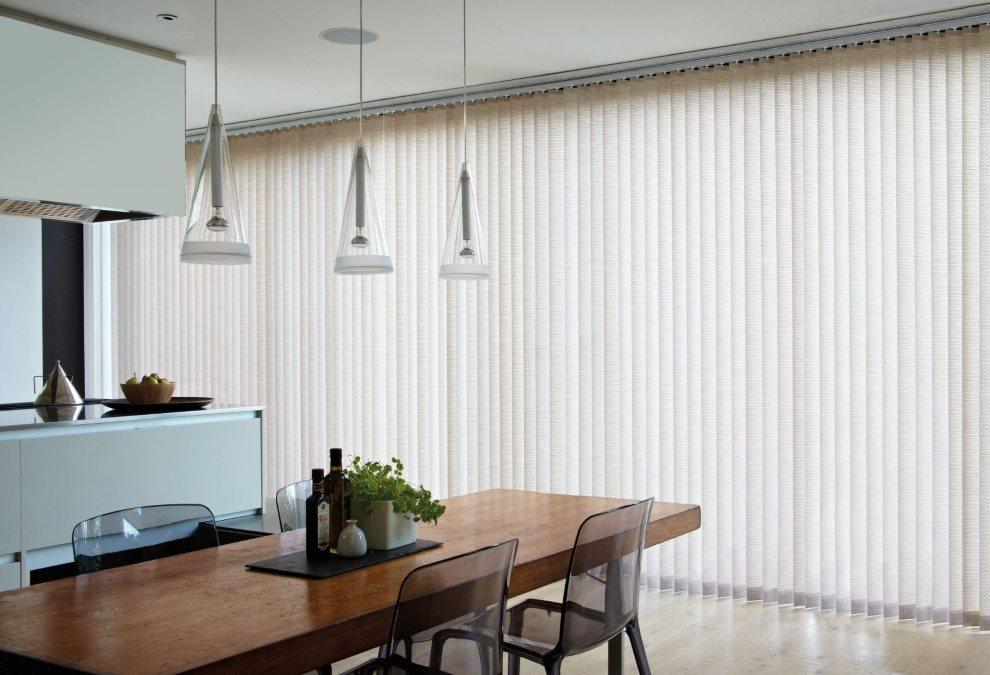 Светлые вертикальные жалюзи на панорамном окне