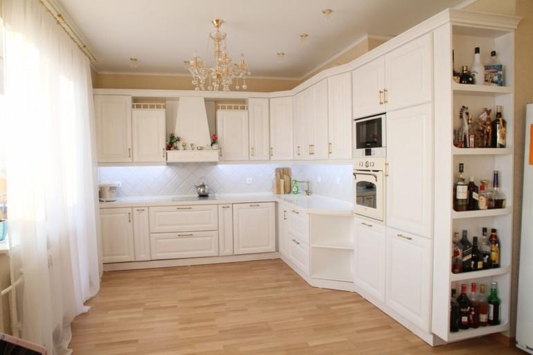 светлый дизайн кухни с вентиляционным коробом