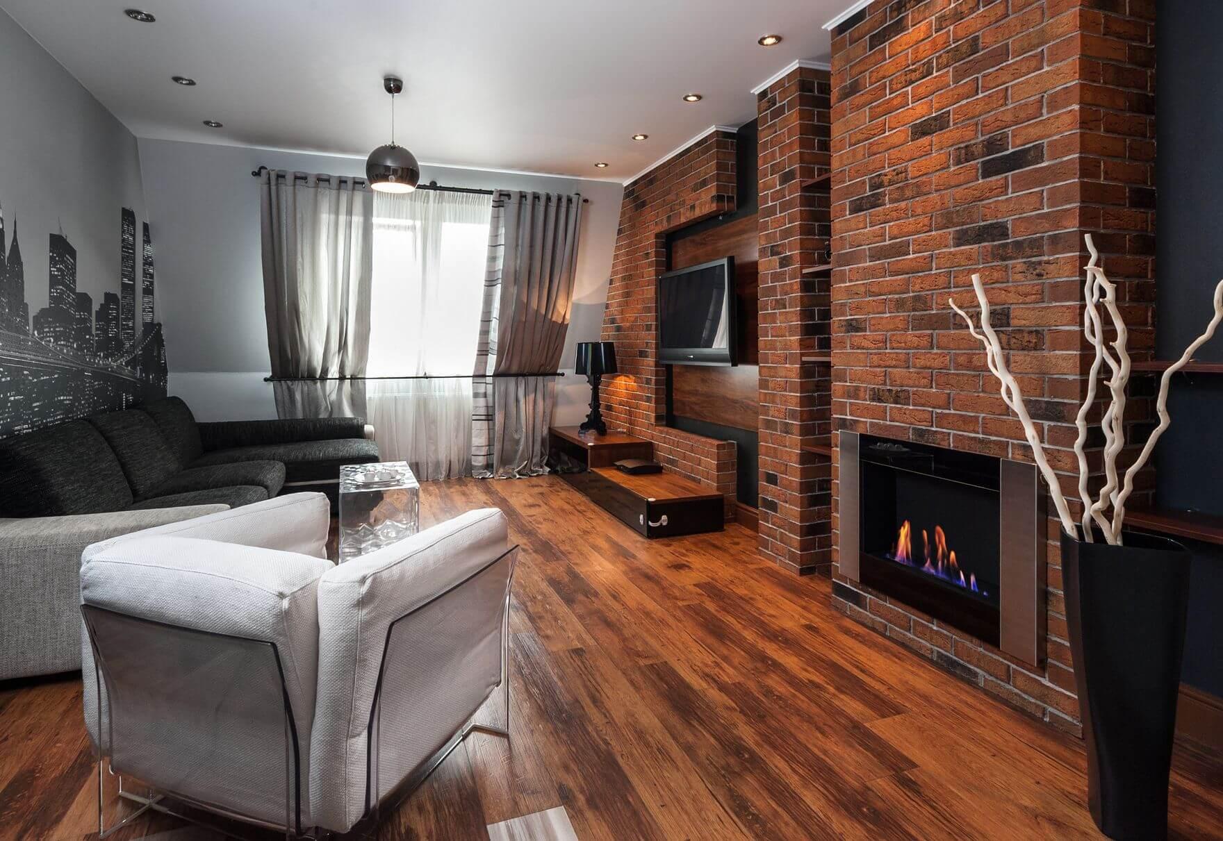 кирпичная стена с камином и телевизором в гостиной