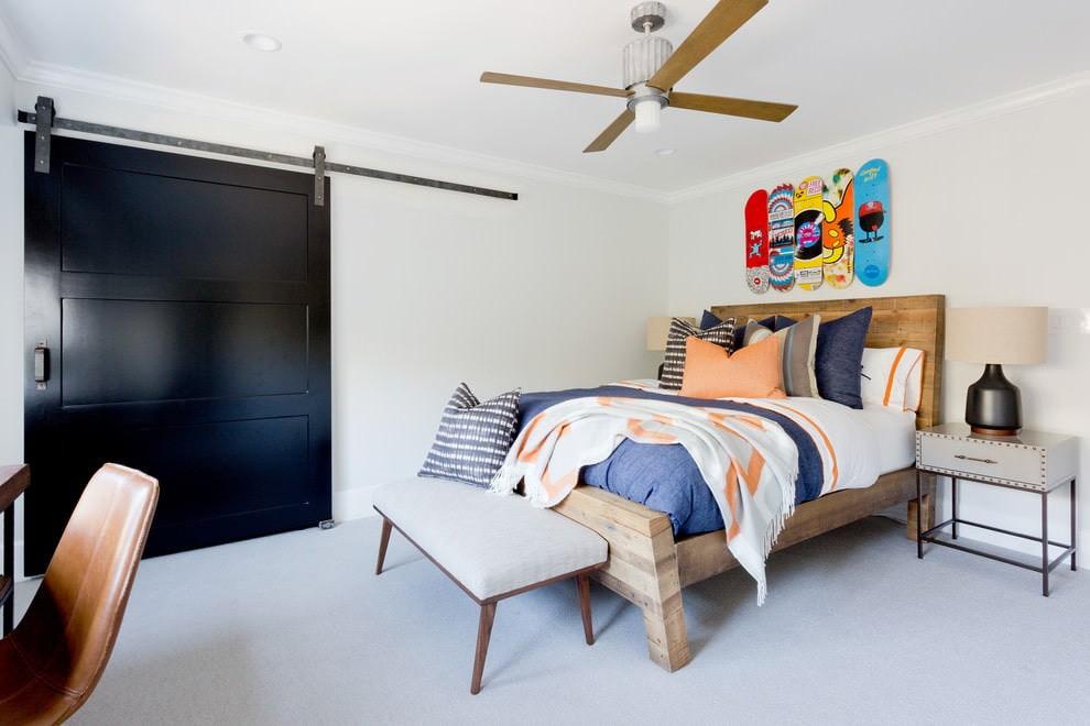 Сдвижная дверь темного цвета в современной спальне